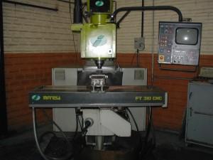 Primeira máquina de usinagem CNC adquirida em 1994.